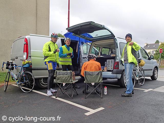 """30 juin 2017 : contrôle-ravitaillement """"1000 de Ménigoute"""" : Pierre, Chérif et David"""