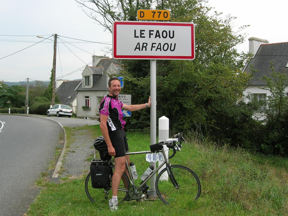 Devant le panneau Le Faou !
