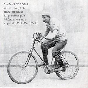 Charles Terront sur une bicyclette Humbert munie de pneumatiques Michelin