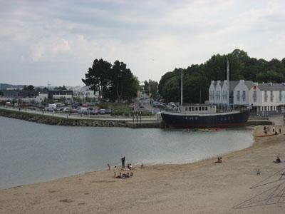 La plage du Moulin Blanc. Bateau restaurant