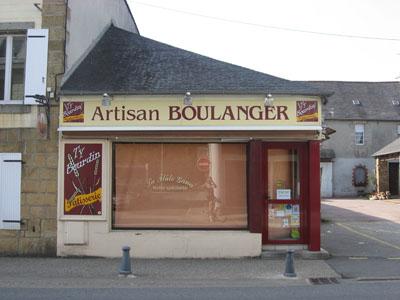 Sur notre gauche la boulangerie Ty Bourdin (fermée le mercredi)