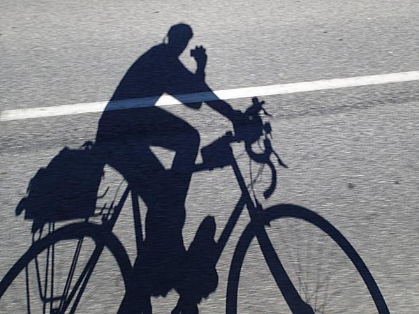 D'une main et en roulant ! ©cyclo-long-cours.fr